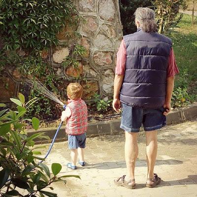Bir Annenin Blogu - Deniz Hortumla Bahçe Suluyor
