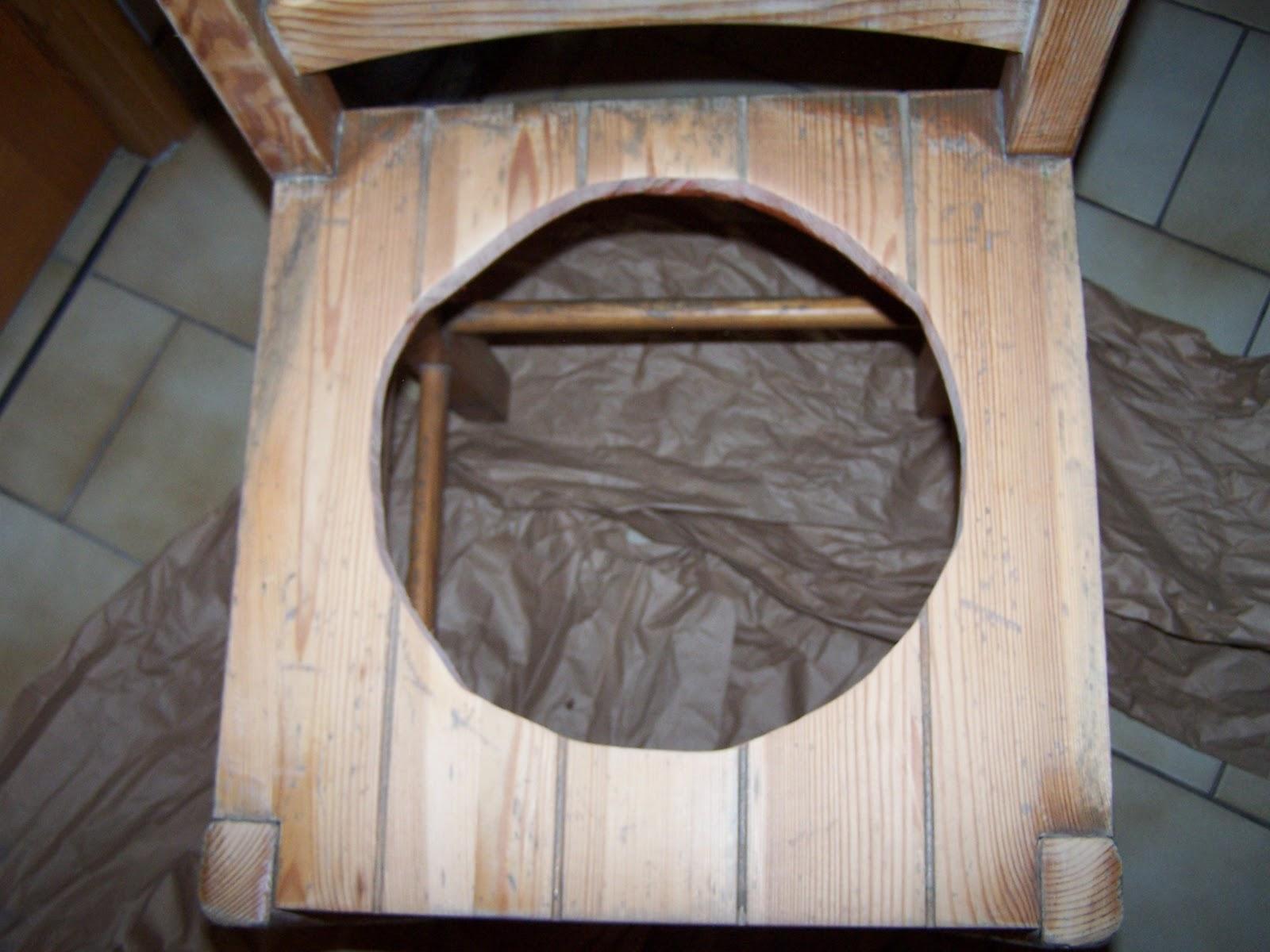 Jai recouvert la chaise dune couche de peinture à locre faite maison et là catastrophe la peinture a fait se soulever les fibres du bois qui nest pas