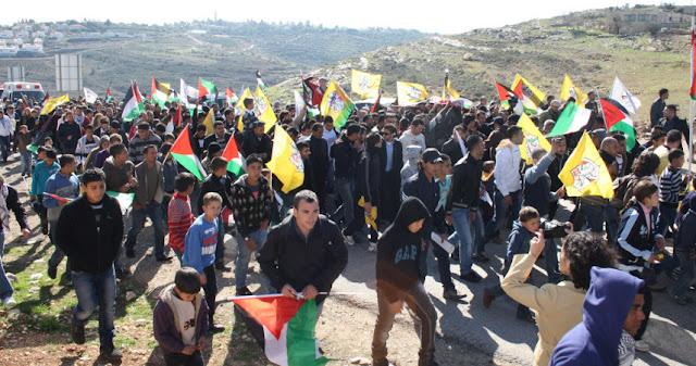Palestinos protestam contra assassinato de Mustafa Tamimi