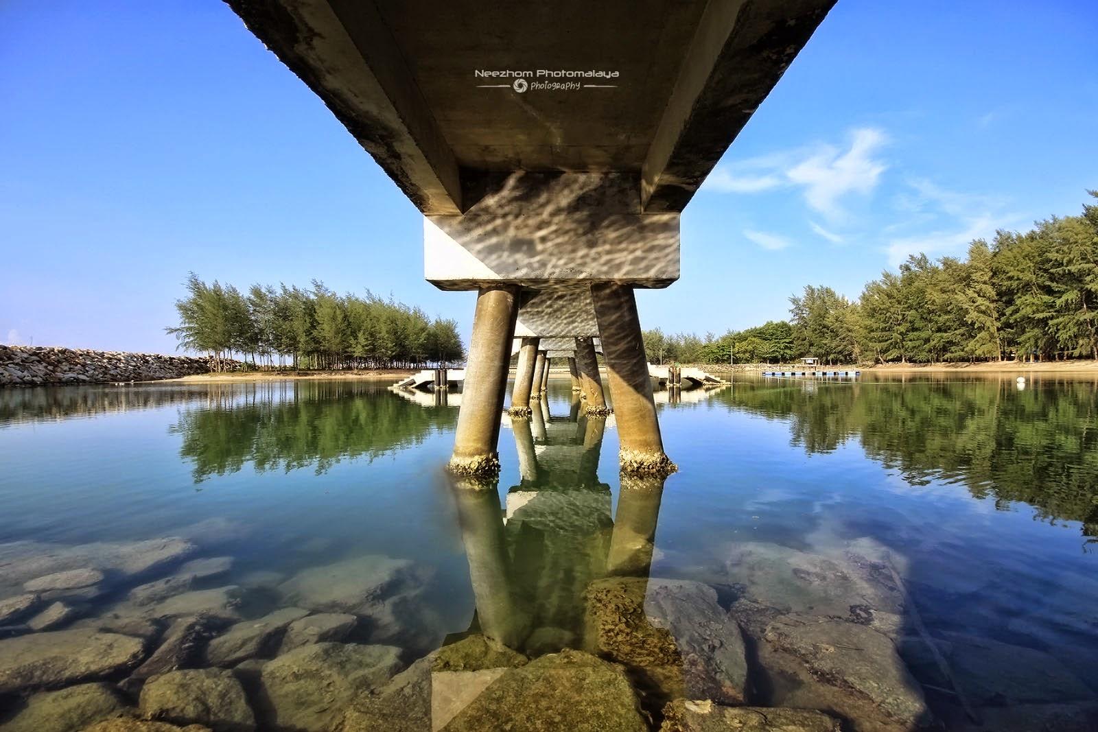 Bawah jambatan dalam kawasan lagun di Pantai Merang