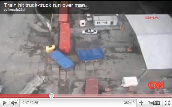 videos de camiones tren arolla trailer y a un hombre