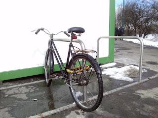 rower przypięty prawidłowo: za ramę oraz tylne koło