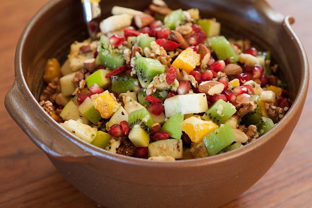 Voćna salata sa bademima, orasima i suvim voćem