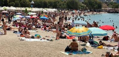 Ελληνικές Παραλίες: Γεμάτες οι ξαπλώστρες, ελάχιστος κόσμος στο νερό