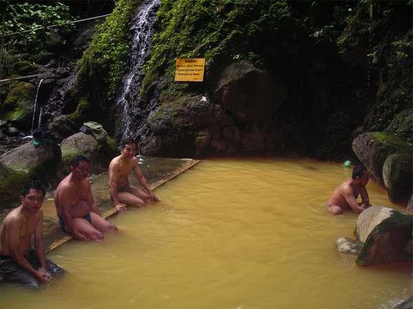 Foto Orang Berendam Di Pemandian Air Panas Baturaden