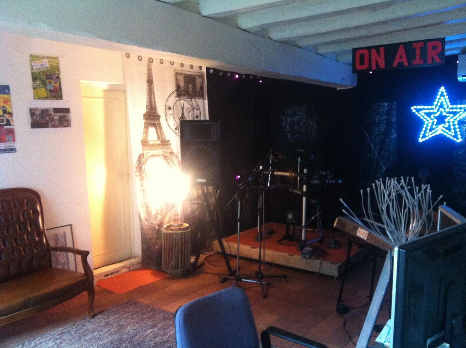 le music 39 home chambre d 39 h te spa table d 39 h te studio musique petite sc ne pr sentation. Black Bedroom Furniture Sets. Home Design Ideas