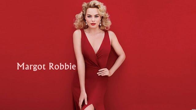 Margot Robbie con un vestido rojo