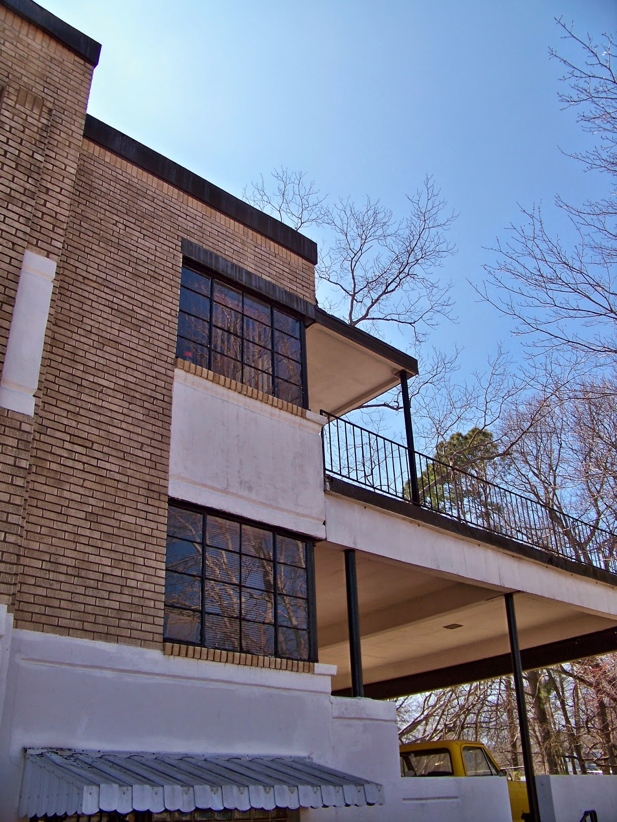 however this is contrasted by the very modern steel windows windows which turn the corners of the building this feature is quite common in bauhaus and