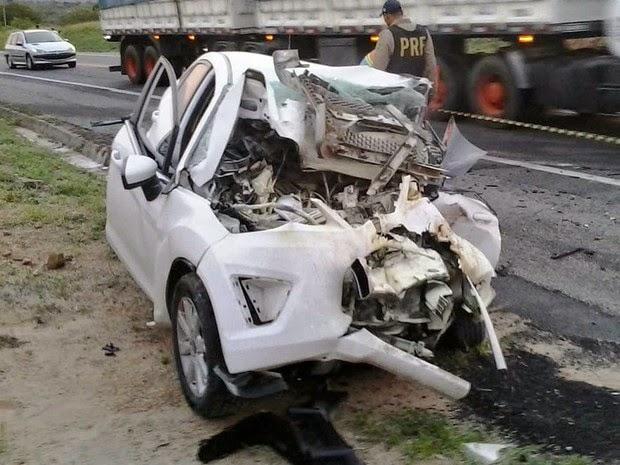 Carro de tenente-coronel ficou destruído após batida (Foto: Carlos Quintino / Criativa On Line)
