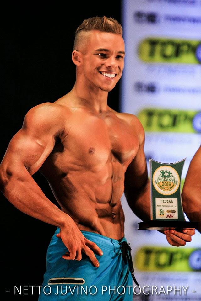 Vitor Chaves mostra troféu de Campeão Men's Physique até 1,70 m do Estreantes 2015 da IFBB-RN. Foto: Netto Juvino