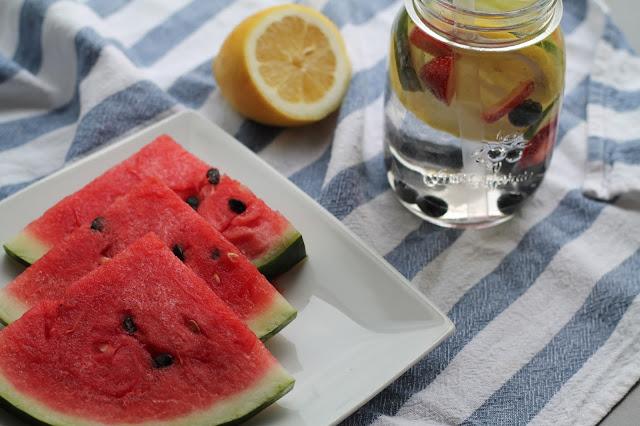 tipps fuer die hitze- lavender star- kuehlende lebensmittel - fruit infused water- wasser mit geschmack- wasser mit zitronen erdbeere blaubeere gurke - wassermelone- wassermelonensmoothie - smoothie rezept