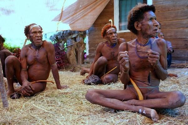 """Thổ dân Indonesia đàn ông che """"của quý"""" bằng quả bầu 2"""