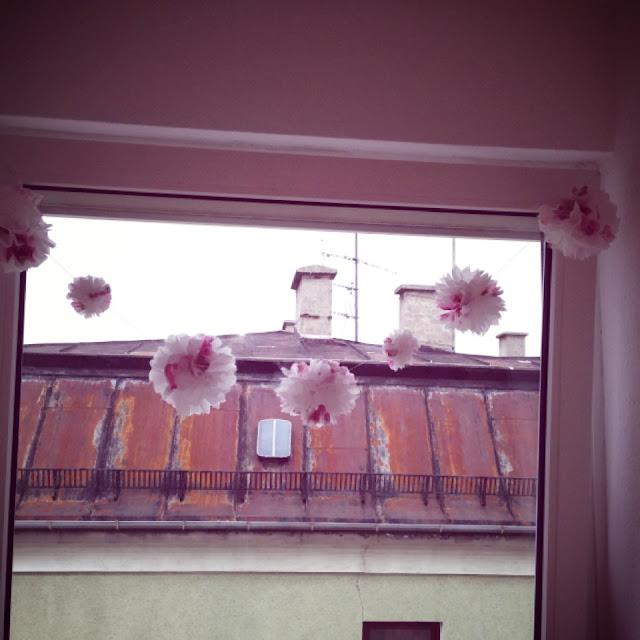 Die Pompom-Girlande schmückt Fräulein Bergers Fenster