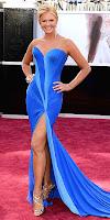 Нанси О'дел на Оскари 2013 в ярко синя рокля с голяма цепка