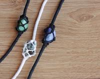 http://curlymade.blogspot.pt/2015/02/diy-netted-stone-friendship-bracelets.html