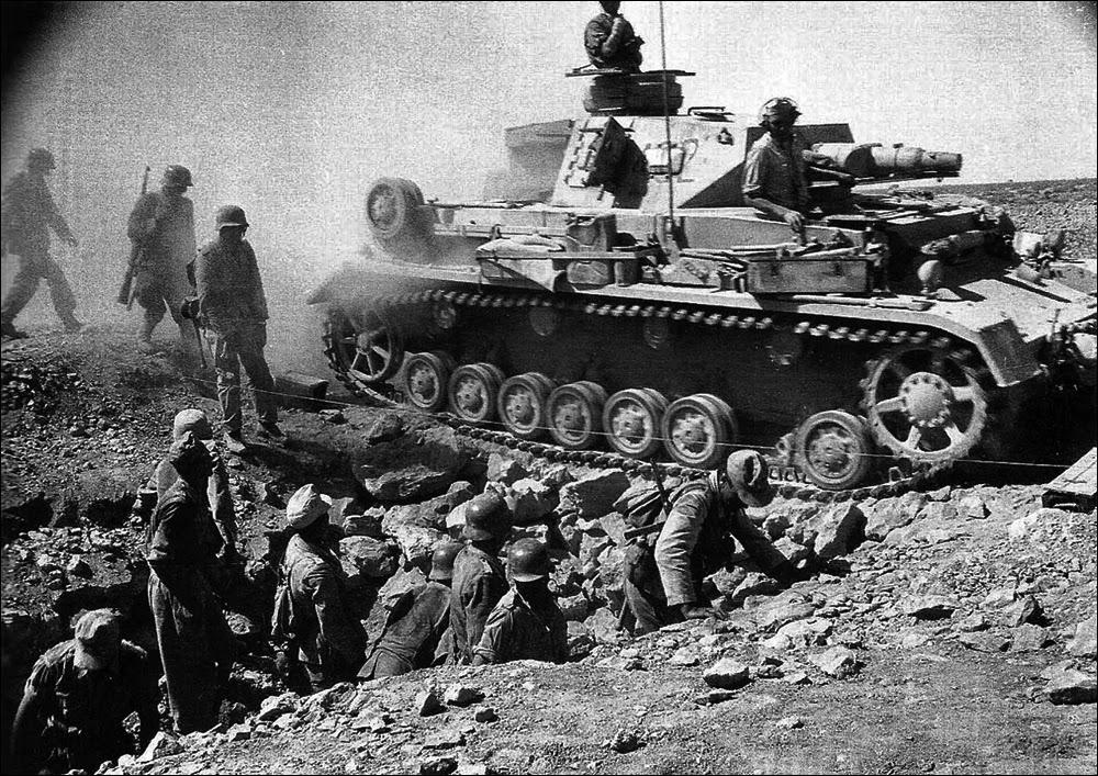фашистские танк и солдаты