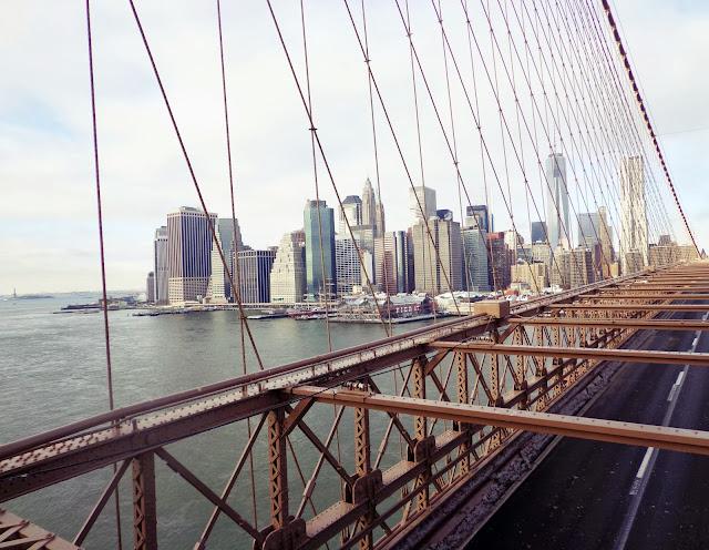 Manhattan's Wolkenkratzer von der Brooklyn Bridge aus betrachtet