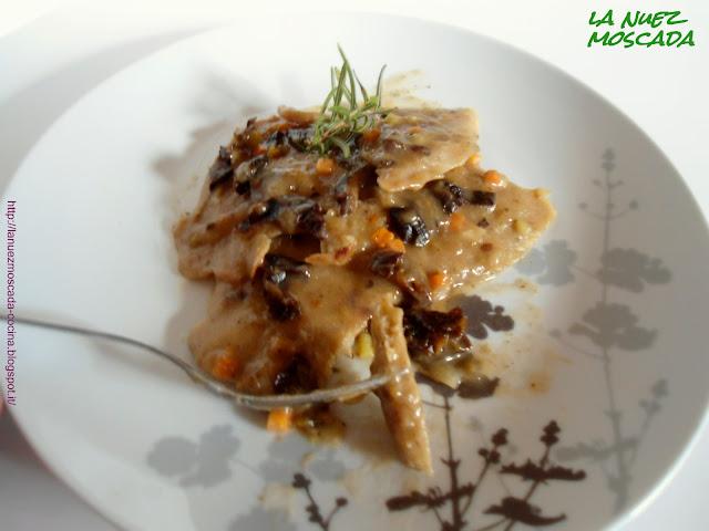 scaloppine di seitan con prugne in salsa al marsala - escalopines de seitán con ciruelas y salsa de marsala
