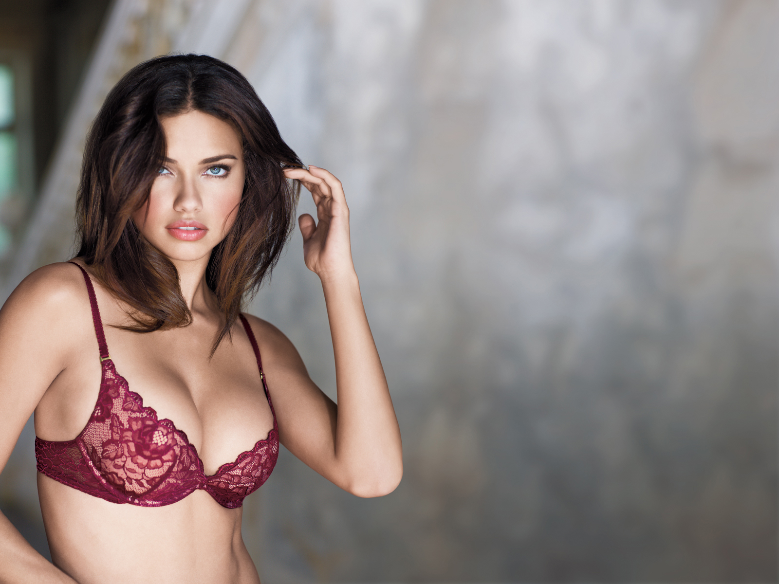 Adriana Lima 1600 x 1200 Wallpaper