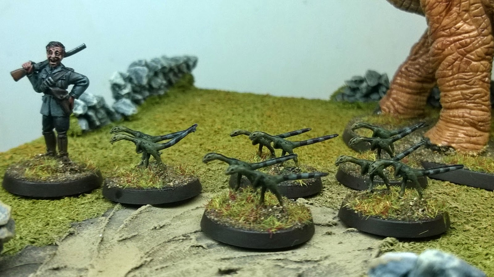 hlbs Compsognathus 28mm dinosaur hunting dino mutton chops
