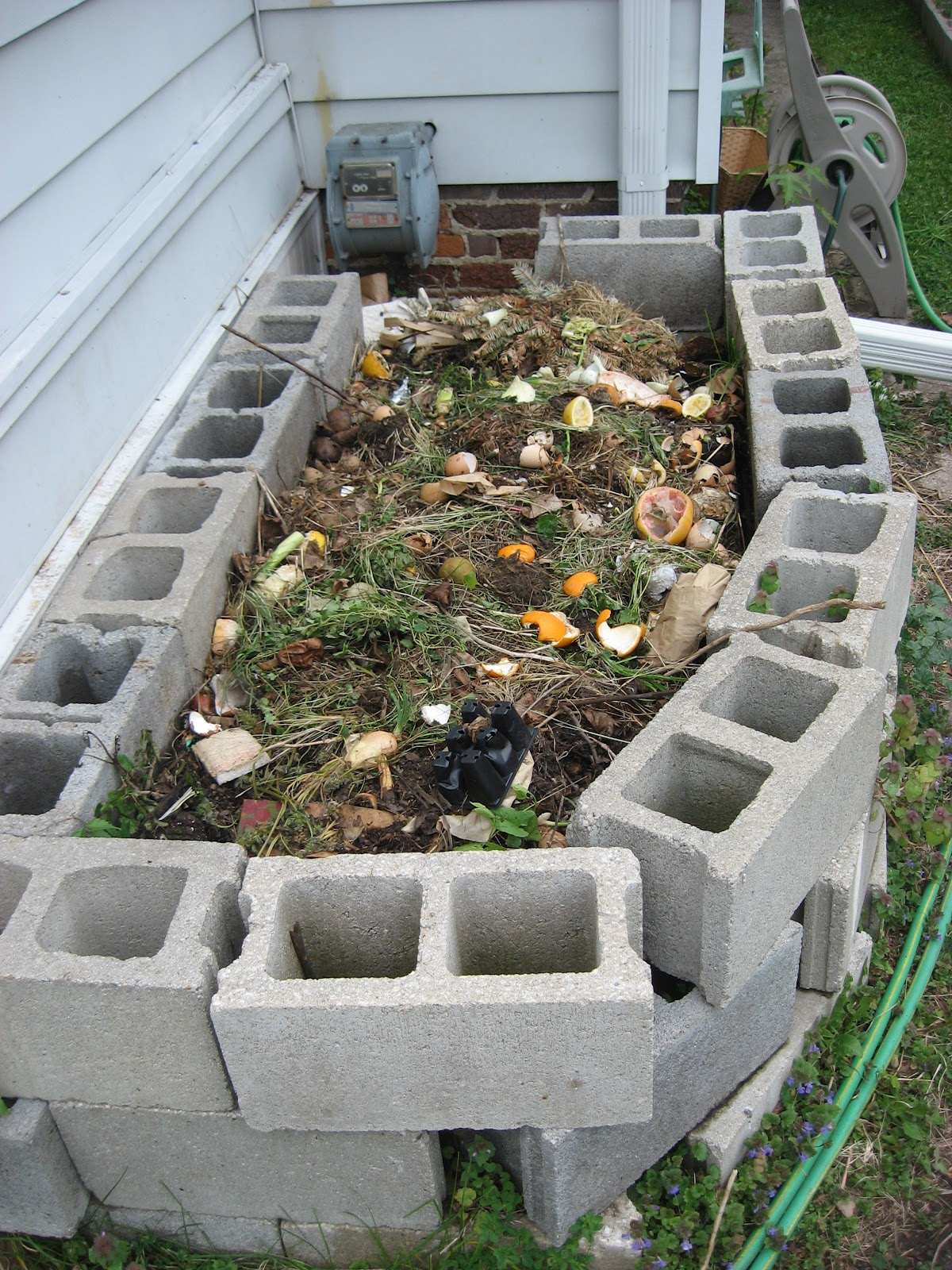 How to make a compost pile in your backyard - Make Your Own Compost Bin Out Of Concrete Blocks