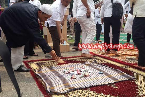 SPONTAN :   Dibagian akhir Tabligh Akbar dan Tasyakuran Ahad, 20 September 2015 di Halaman Auditorium Universitas Tanjungpura adalah pengumpulan donasi spontan dari Jamaah.  Masya Allah indahnya beramal Sodaqah.  Foto Asep Haryono