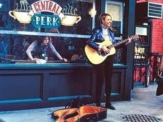 Phoebe, cantando a las afueras de Central Perk