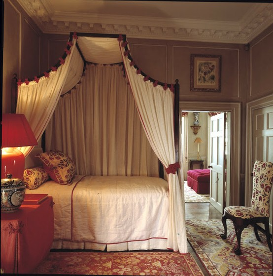 Eye for design decorate your home in english style for Antique bedroom decoration