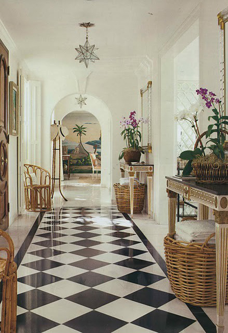 Decor home interiors hallways floors black and white for Colonial foyer ideas