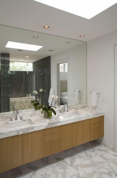 Ванная комната с мраморной столешницей и полом