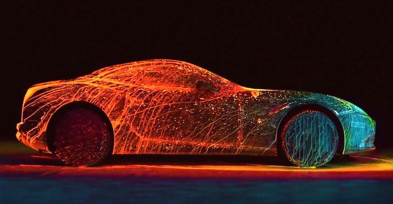 【動画】「フェラーリ・カリフォルニアT」に蛍光塗料を吹き付けるアートな映像