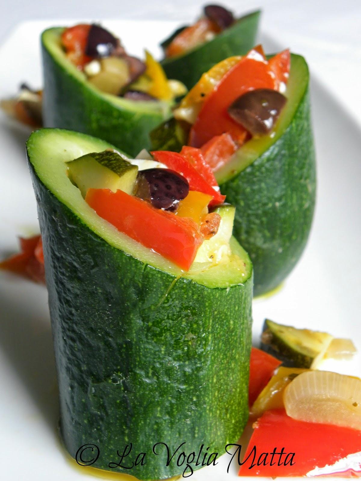 tronchetti di zucchine ripieni di verdure , feta e olive nere