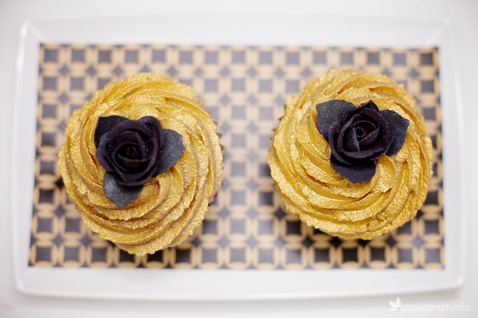 Deux Cupcakes avec déco rose noir et papier imprimé Le Candy bar
