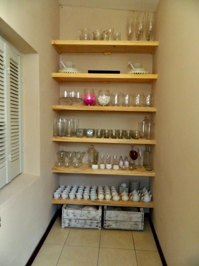 Organizar con estantes - Como hacer estantes de cocina ...