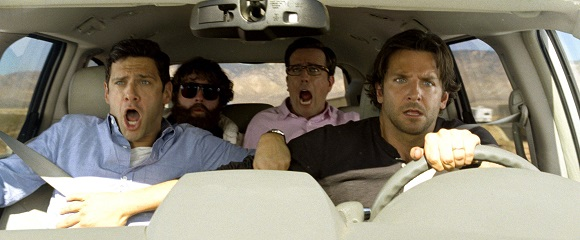 Justin Bartha, Zach Galifianakis, Ed Helms e Bradley Cooper em SE BEBER, NÃO CASE! PARTE III (The Hangover Part III)
