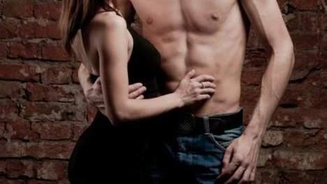 Koppel voegt een hoer toe aan hun seksspelletjes