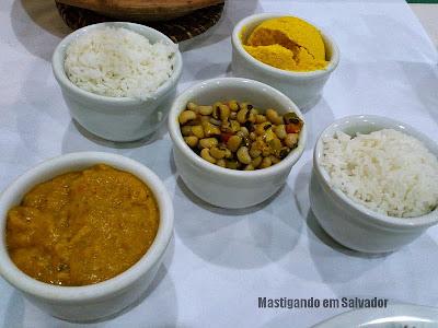 Restaurante Ki-Mukeka: Acompanhamentos (Arroz, Farofa, Pitão e Feijão Fradinho) do Bobó de Camarão