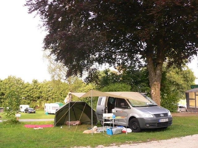 Camping Urlaub Campingtrip VW Caddy mit Hund Illertissen Iller Sommer