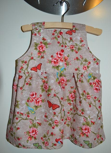 Snoezige & stoere babyjurkjes. De garderobe van een babymeisje is natuurlijk ietsje uitgebreider dan die van een jongetje. Dat komt, omdat meisjes zowel broeken als jurkjes en rokjes in de kast hebben liggen. De leukste baby jurkjes maken haar collectie pas echt compleet. Een jurkje kun je leuk combineren met een vestje, legging of maillot/10(K).