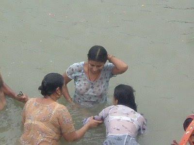 indian aunty bathing in a river   chuttiyappa