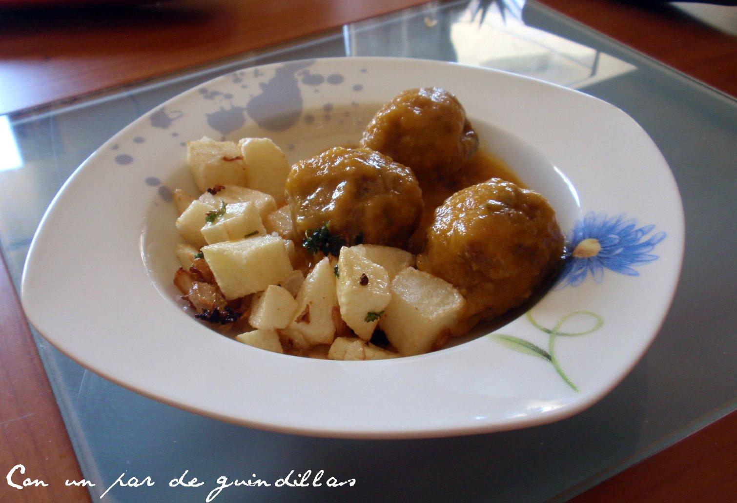 Alb ndigas con salsa de tomate y azafr n con un par de guindillas gastronom a viajes - Albondigas tradicionales ...