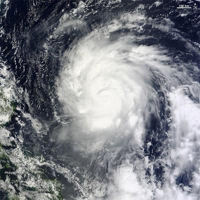 Hochauflösendes Satellitenfoto (6 MB) Taifun NALGAE vor den Philippinen (NASA Earth Observatory), NASA, Nalgae, Taifun Typhoon, Hurrikanfotos, Fotos Fotogalerie, 2011, Philippinen, Taifunsaison, Pazifik,