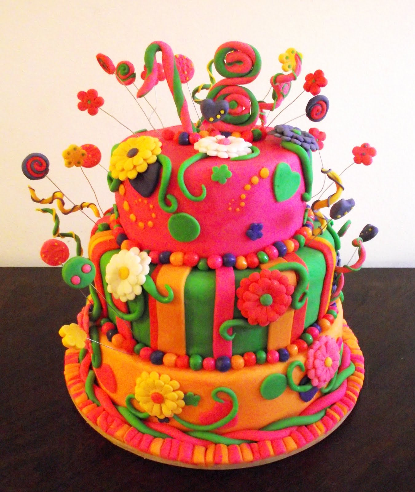 Torta colorida de 3 pisos