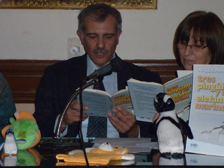 """Waldemar Fontes leyendo fragmentos de su libro """"Tres pingüinos y un elefante marino"""""""