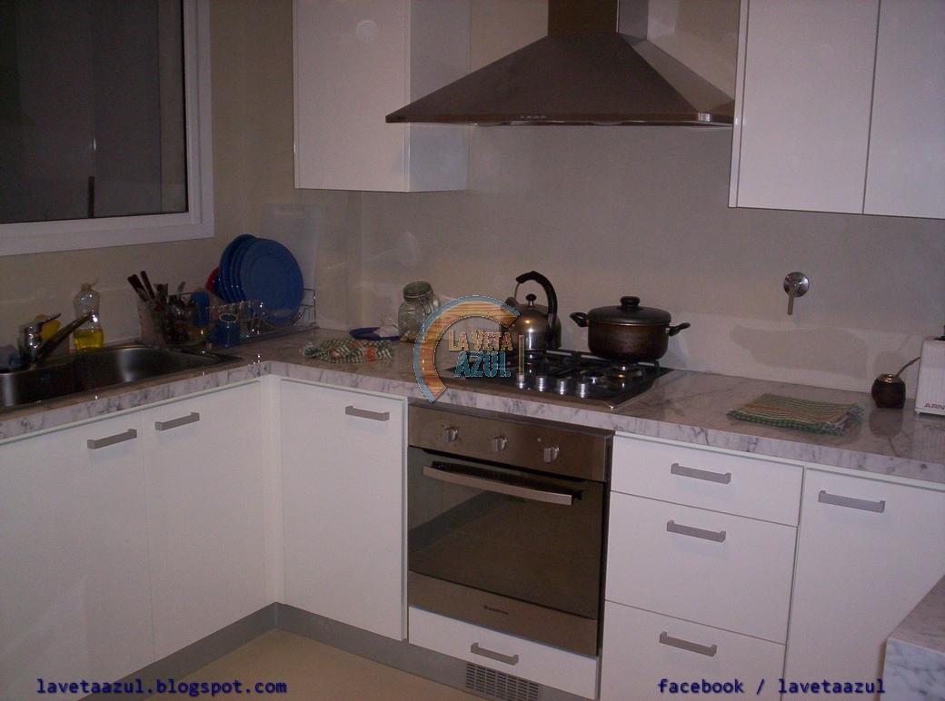 la veta azul mueble cocina en laca blanca brillante On puerta de la cocina blanca brillante
