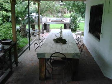 Mesa grande 4 x 1 m patinada en blanco