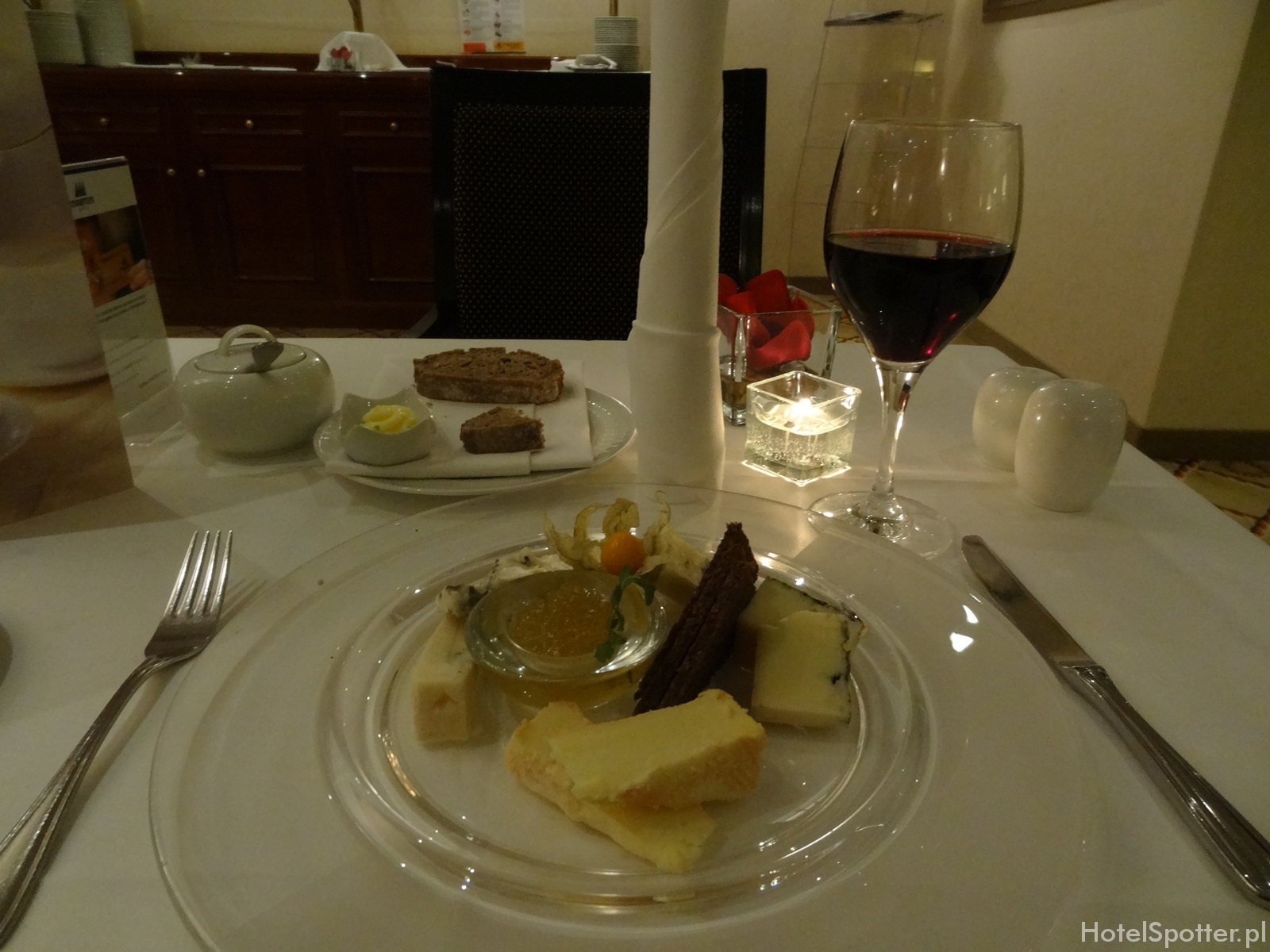 Maritim Hotel Berlin - club lounge cheese plate deska serow