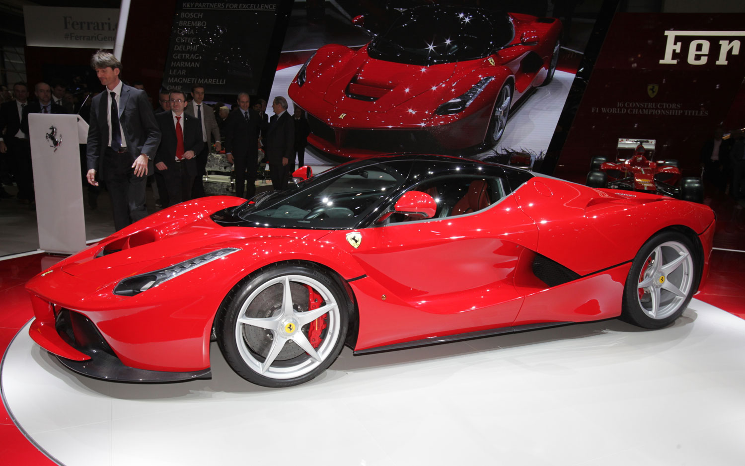 ferrari laferrari first look new cars reviews. Black Bedroom Furniture Sets. Home Design Ideas