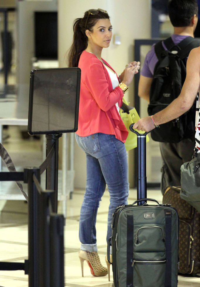 Accessories Fashion Style Kim Kardashian At Lax Airport