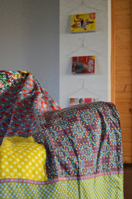 Decke, Kleiderbügel, Zeitschrift, Wohnzimmer, Sofa, Deko, Farbenmix, Uhu Schuhu, Happy,